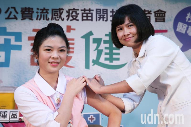 今年公費流感疫苗今天開打,第1階段施打對象為學生及醫護人員,圖為聯合醫院護理長林佩宜上午接受流感疫苗接種。記者徐兆玄/攝影