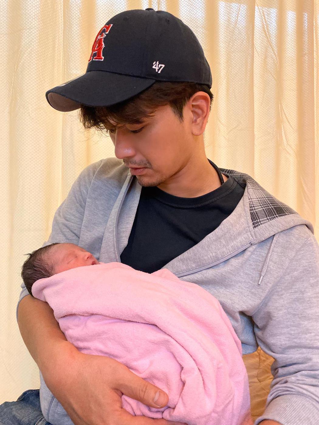 潘逸安抱著新生女兒,洋溢著滿滿父愛。圖/艾迪昇傳播提供