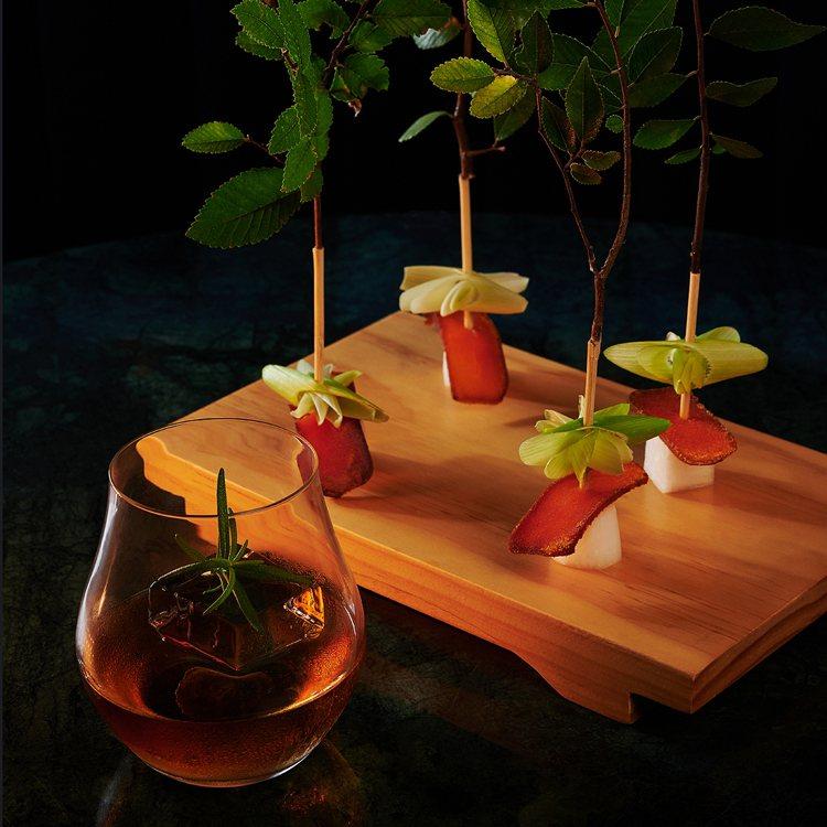 「檀木」調酒與台灣野生烏魚子。圖/WAT提供【提醒您:酒後不開車、開車不喝酒】