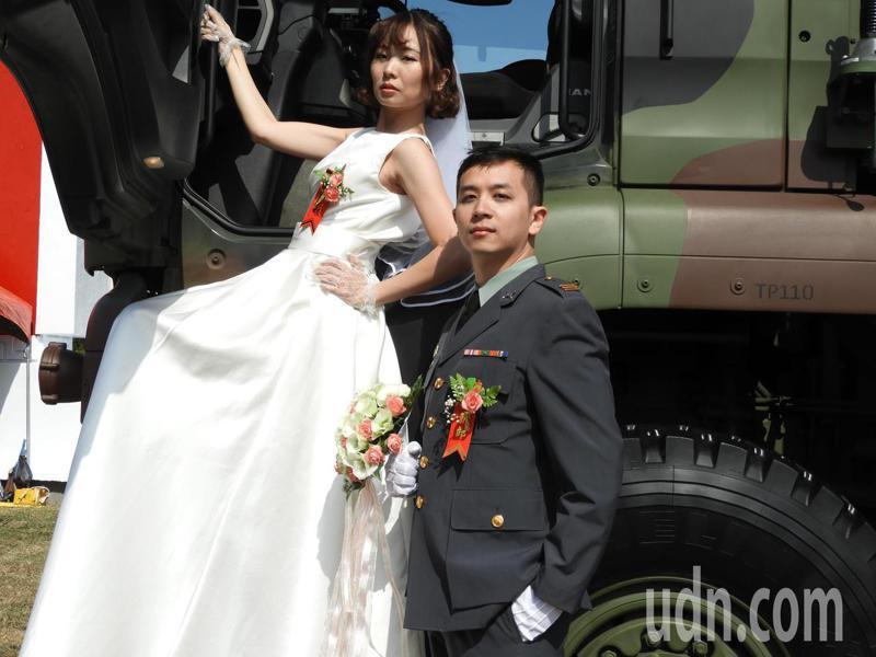 陸軍司令部今日上午於龍潭大漢營區舉辦官兵聯合婚禮,共147對陸階新人,步上紅毯共結連理。記者高宇震/攝影