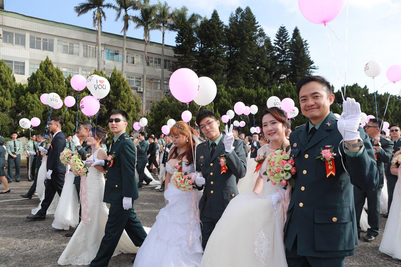 陸軍司令部今日上午於龍潭大漢營區舉辦官兵聯合婚禮,共147對陸階新人,步上紅毯共...