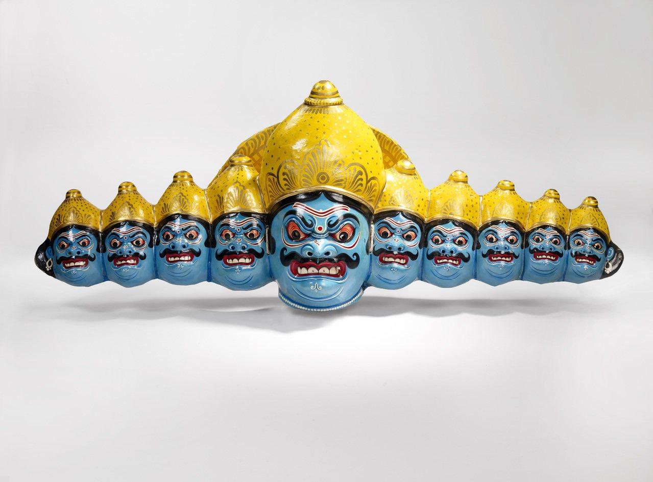 亞洲印度查烏舞劇中魔王羅波那,生氣時出現十個頭;眼睛圓睜、眉心緊皺、齜牙咧嘴,這...