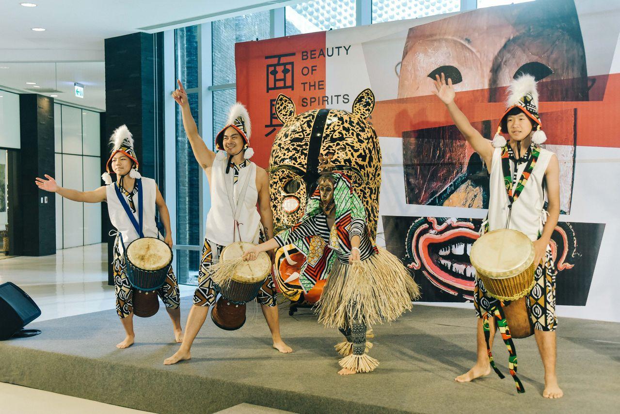 故宮南院法國凱布朗利面具精品展開幕,台灣非洲鼓代表團嬉班子鼓舞樂團表演。圖/故宮...