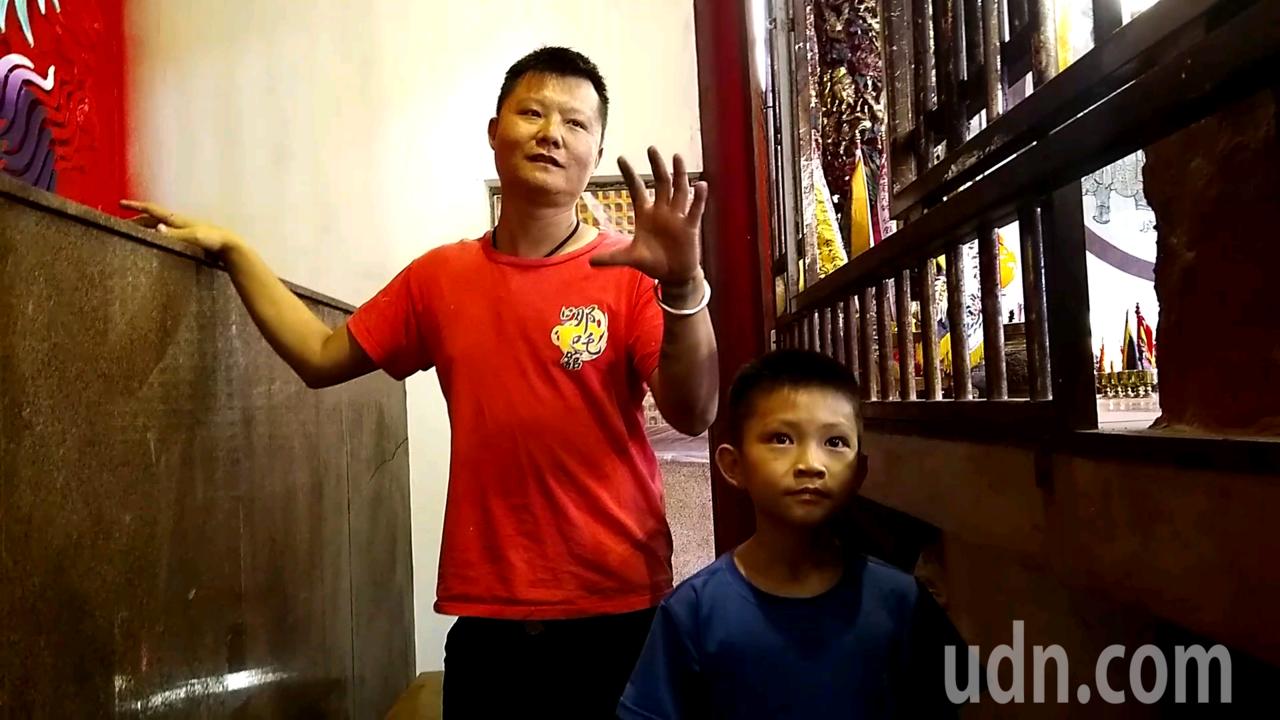 廟宇彩繪師張訓造(左)來自嘉義竹崎,是台灣少見的青壯年彩繪師。記者陳玫伶/攝影