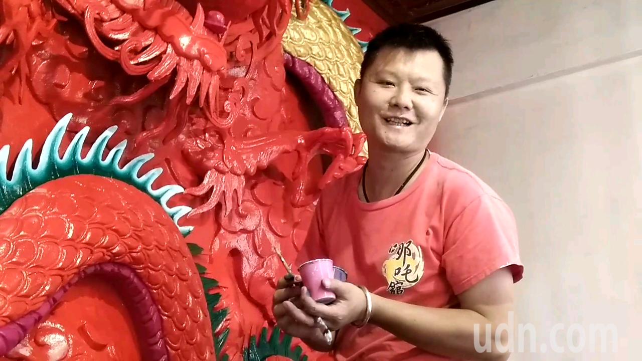 廟宇彩繪師張訓造來自嘉義竹崎,是台灣少見的青壯年彩繪師。記者陳玫伶/攝影