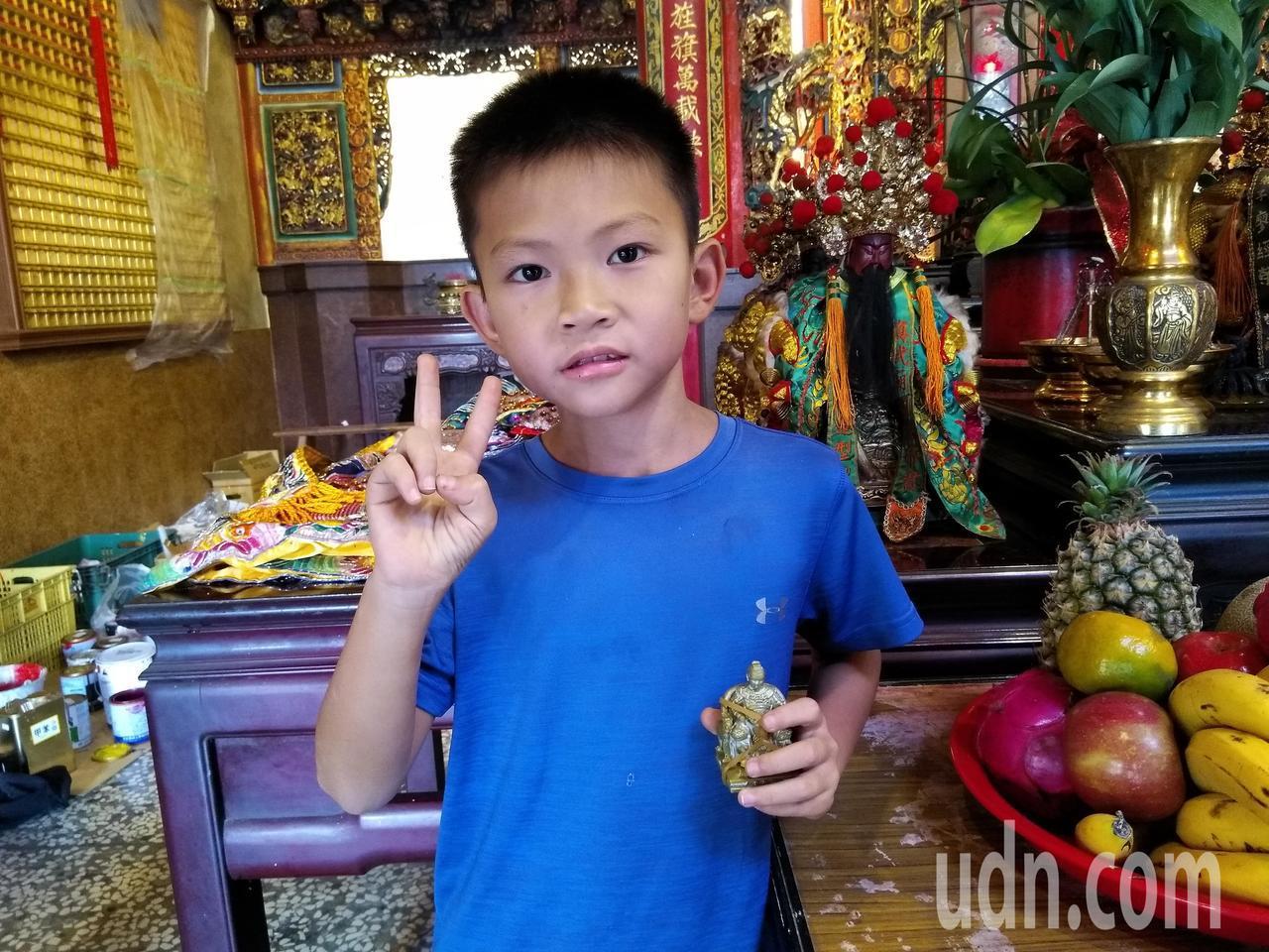 廟宇彩繪師張訓造弟弟的兒子對廟宇彩繪也有興趣,讓張訓造想起自己小時候的模樣。記者...