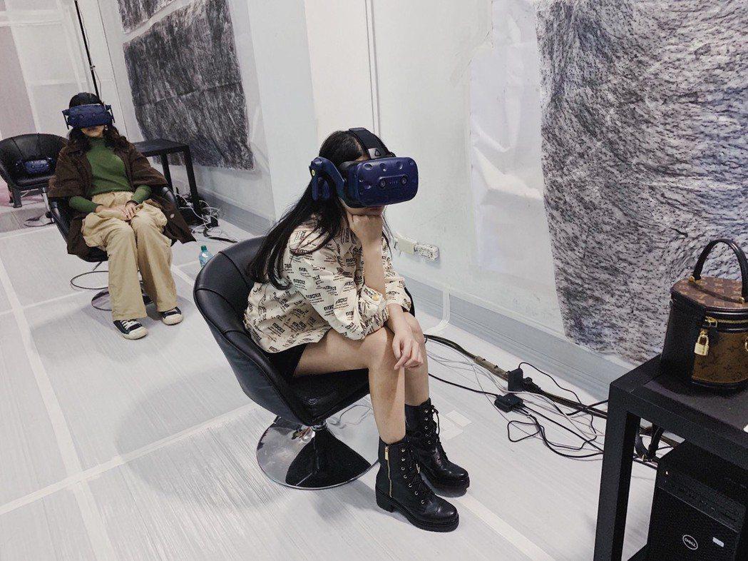 陳品兒看蔡明亮首部VR電影「家在蘭若寺」。圖/ HTC VIVE ORIGINA...