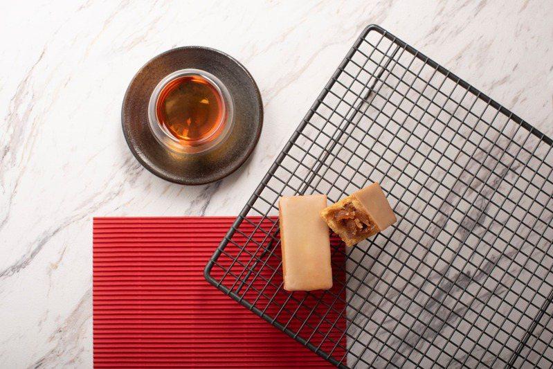台灣甜點品牌《微熱山丘》的全球果實計劃近日發表第二個合作案,繼榴槤甜點後,這次以有著酸甜美好滋味的日本青森蘋果來製作「蘋果酥」。 圖/微熱山丘提供