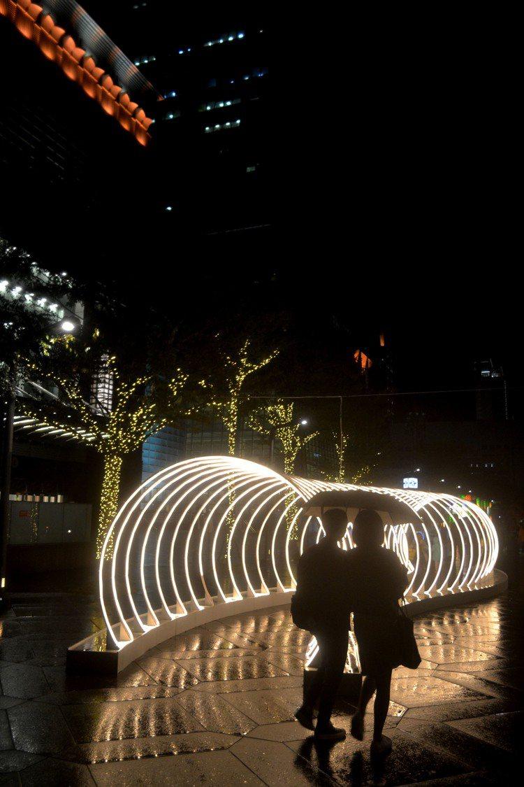 台北101今年以空間光雕,在周邊道路打造「光廊」。圖/台北101提供