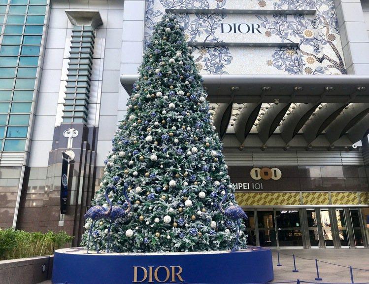 一樓松智路入口的「Dior叢林派對耶誕樹」,全樹以1,000顆燈泡與耶誕球妝點。...