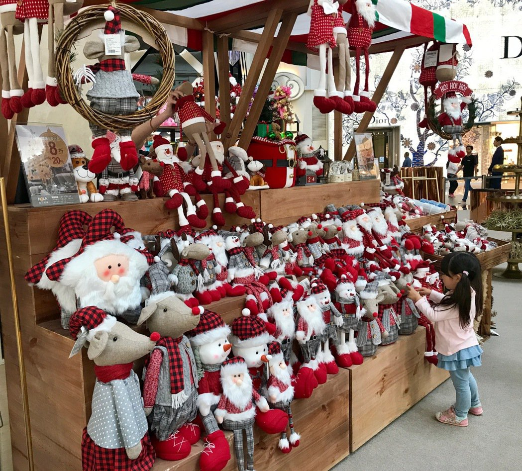 四樓也齊聚14家居家設計品牌推出耶誕質感選物,期間也推出耶誕花藝禮物包裝服務。記...