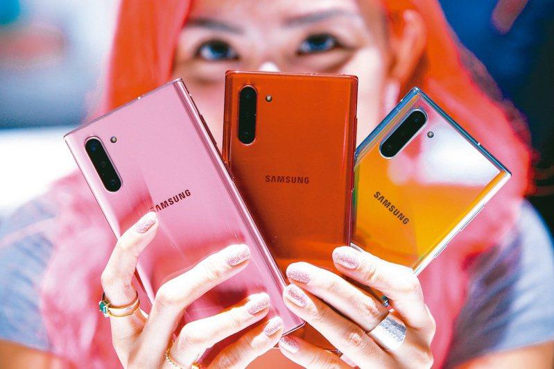 智慧手機多鏡頭等新趨勢,為光學鏡頭產業帶來龐大商機,法人看好大立光、玉晶光將獲更多訂單。路透