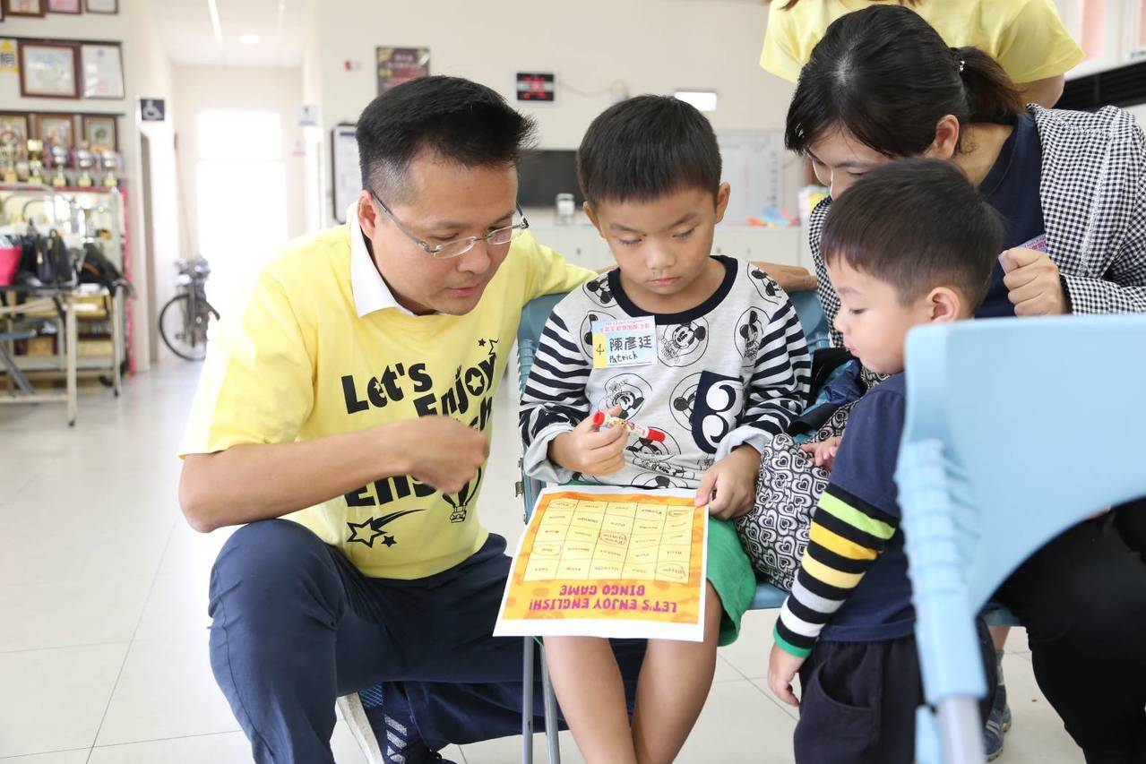 有「科技奶爸」之稱的國會政黨聯盟一選區立委參選人吳旭智,讓家長陪同孩童互動,能從...