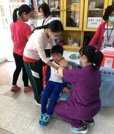 公費流感疫苗第一階段開打施打對象為國小至高中學生及醫事人員。圖/高雄市衛生局提供