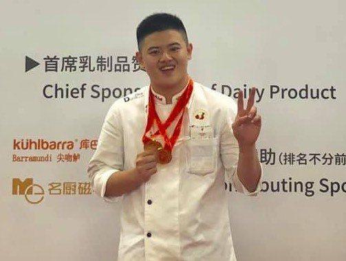 高雄餐旅大學西餐廚藝系賴季煒一人包辦專業牛肉和青年鱸魚雙金牌。圖/高餐大提供