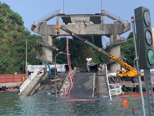 南方澳大橋坍塌。圖/台灣港務公司提供