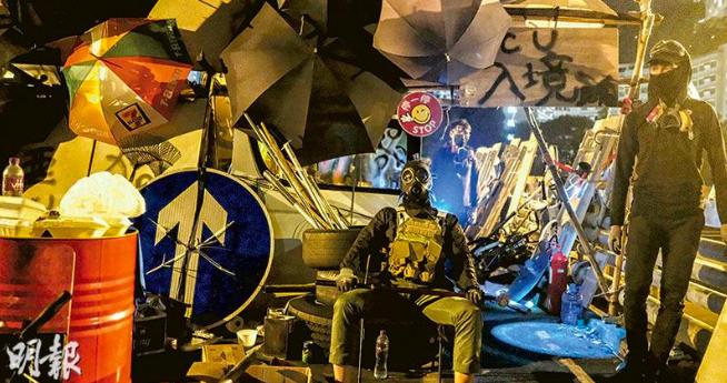 中文大學二號橋昨出現「出入境管制」站,示威者自行把守檢查,對經過者搜身。(明報)