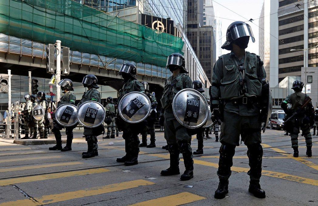 香港防暴警察15日站立於中環一處街道正中央。英國《衛報》13日報導,英國外交部首...