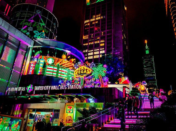 台北統一時代百貨忠孝東路的大步梯,夜晚霓虹燈亮起相當醒目。圖/統一時代提供