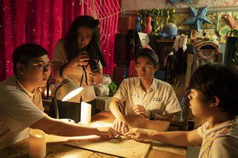 「通靈少女2」話劇社成員在社辦玩碟仙,卻引發意想不到的後果。圖/公視提供