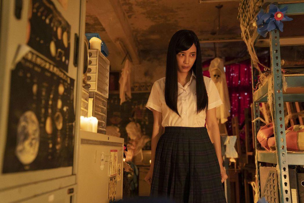 温貞菱在「通靈少女2」劇中驅魔法會後,回話劇社找朋友。圖/公視提供
