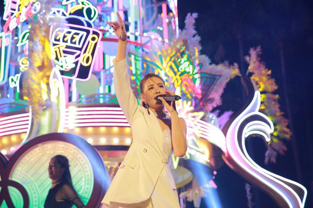 安心亞今晚於高雄「愛・Sharing 2019」點燈儀式演出。圖/寬魚/寬寬提供