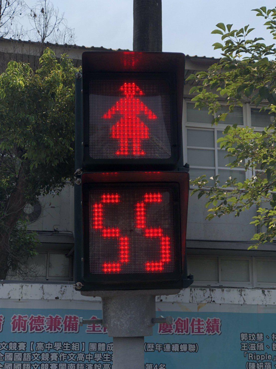 嘉義市全國獨創女版小紅人,號誌燈內的小紅人穿裙裝、留長髮,呈現女性圖像。圖/嘉義...