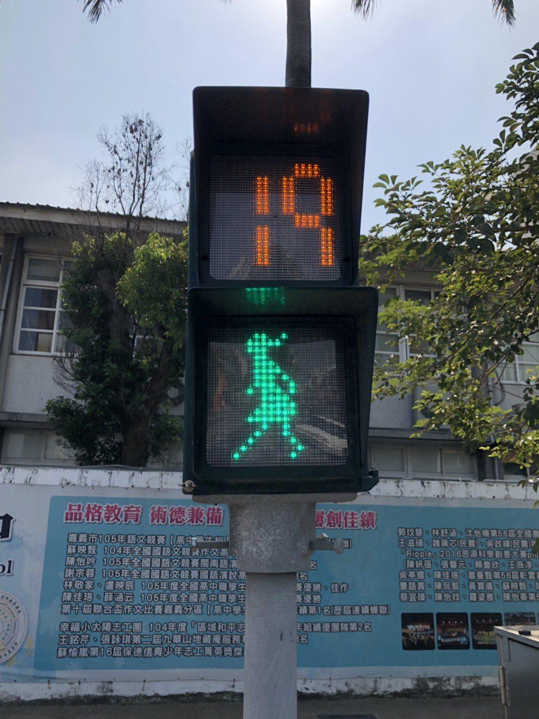 嘉義市全國獨創女版小綠人,號誌燈內的小綠人穿裙裝、留長髮,呈現女性圖像。圖/嘉義...