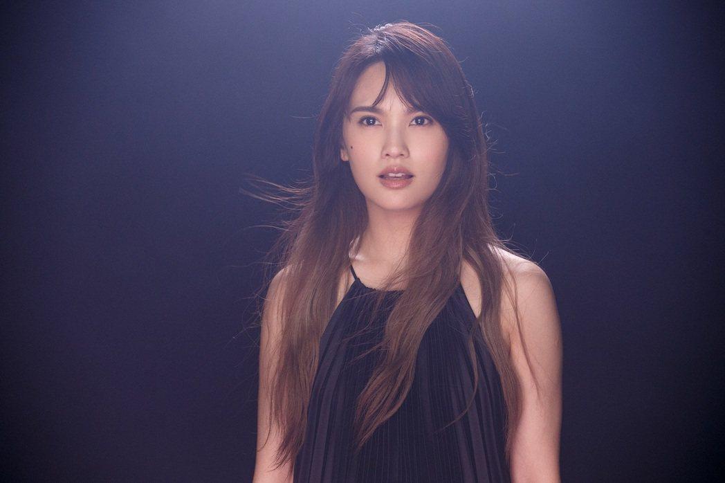 楊丞琳新歌「節日快樂」與金曲導演陳映之合作執導,直呼整到自己很願意。圖/環球唱片