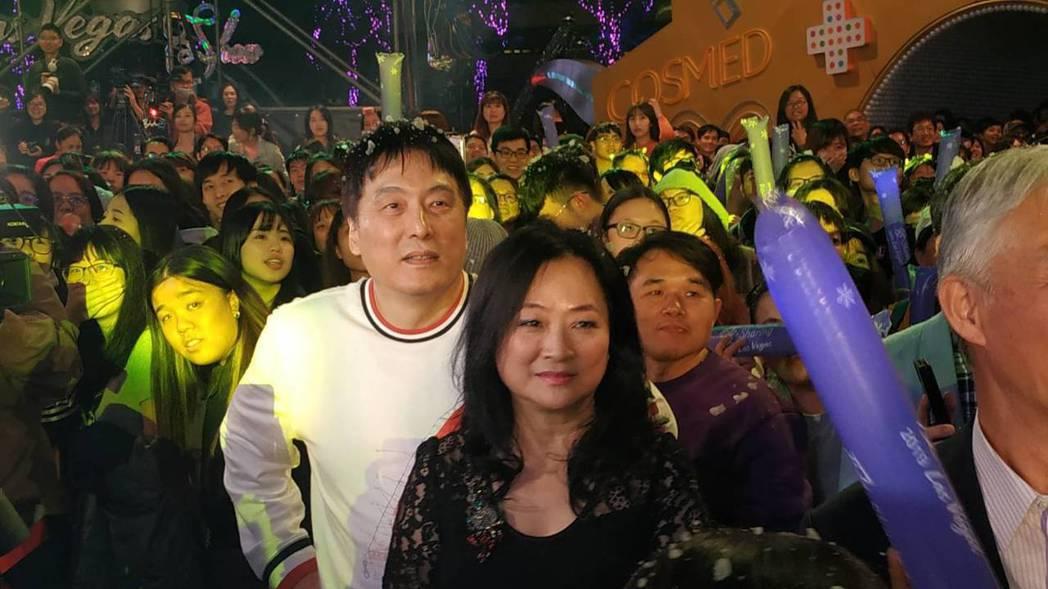 統一企業集團董事長羅智先(左)15日與妻子、統一美麗事業董事長高秀玲(右),一同...