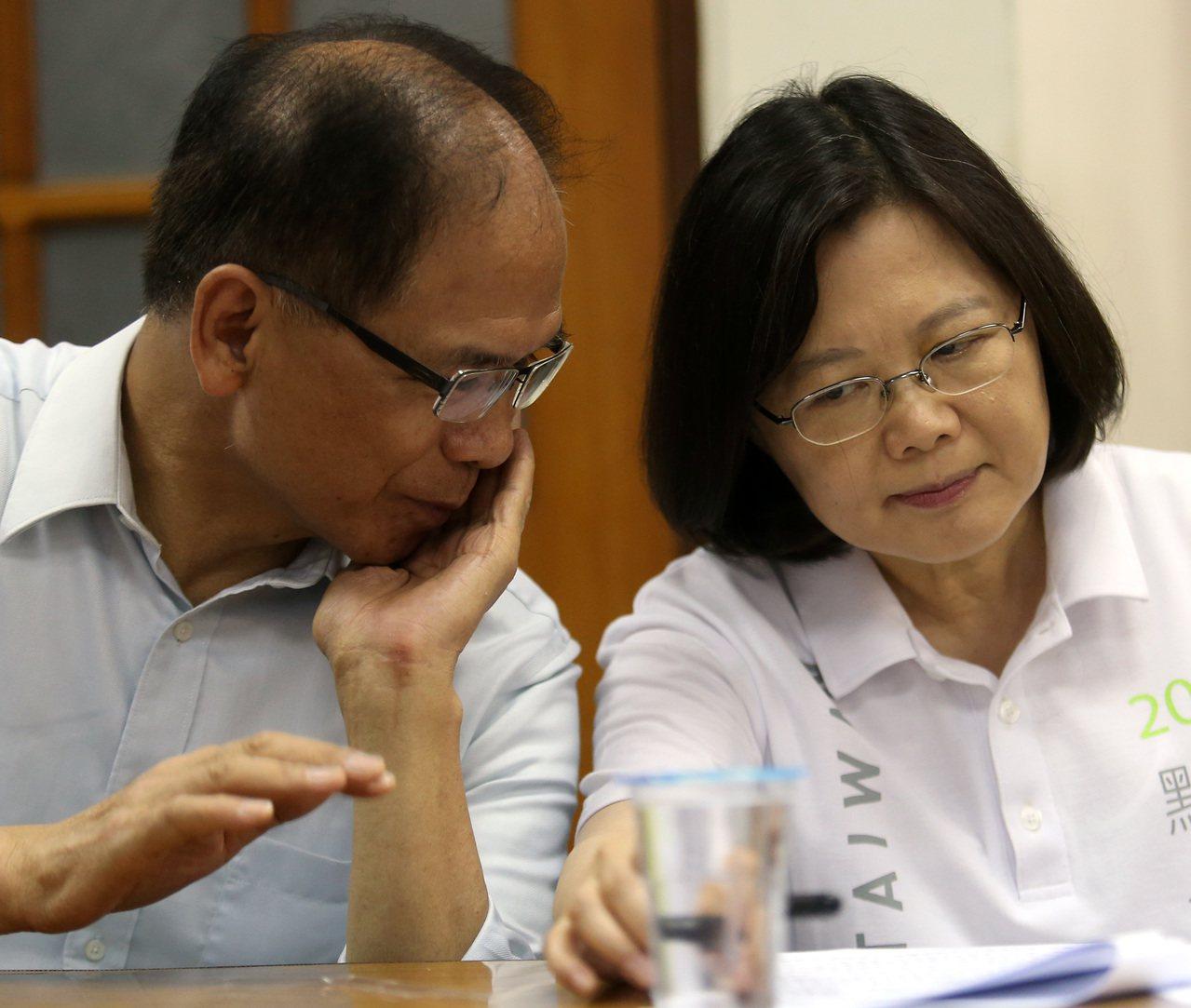 前總統陳水扁昨在臉書爆料,時任陸委會主委的蔡英文(右)當年主動表明,如果扁政府連...