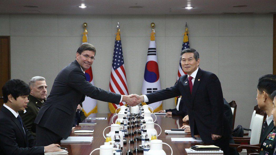美國國防部長艾思博(左)和南韓國防部長鄭景斗(右)十五日在首爾磋商韓美聯合防禦的...