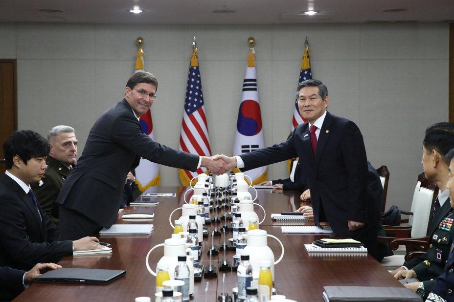美國國防部長艾思博(左)和南韓國防部長鄭景斗(右)十五日在首爾磋商韓美聯合防禦的防衛費分擔問題,兩人在會談中握手。(路透)