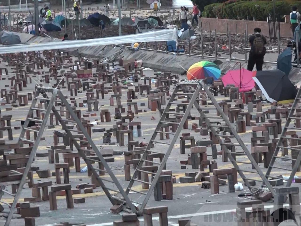 理工大學校長滕錦光說,校外的激進示威者進入校園,危及師生安全。圖翻攝自香港電台