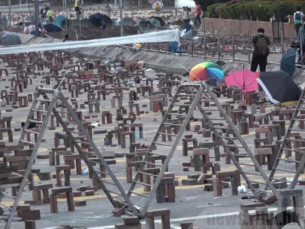 理工大學校長滕錦光說,校外的激進示威者進入校園,危及師生安全。(香港電台)