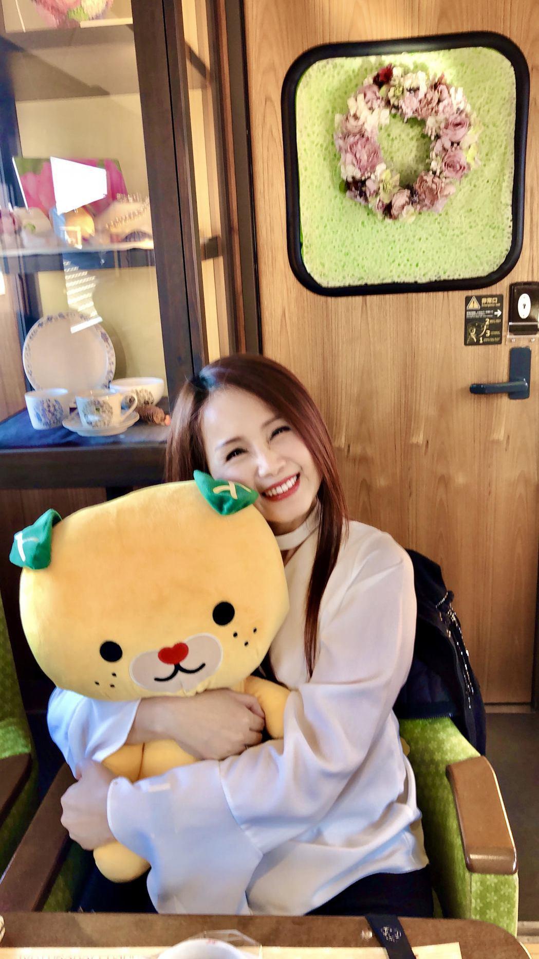 包偉銘特別為劉依純準備的布娃娃,讓她笑得宛如少女。圖/翰森娛樂提供