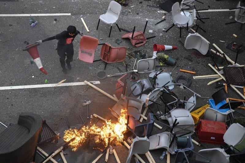 香港反送中延燒至大學校園,示威者與港警衝突不斷。赴港就讀的台灣學生也陸續打包返台。 圖╱美聯社
