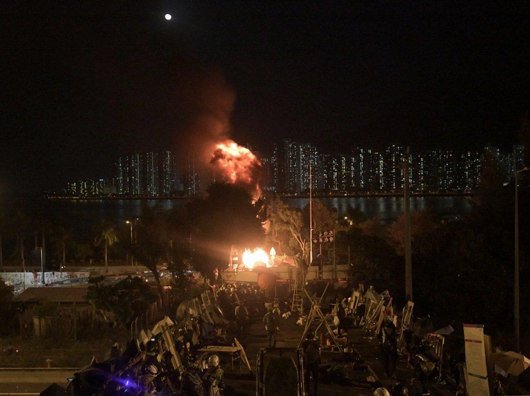 激進示威者今天早上一度開放吐露港公路部分行車線,到了晚上再次用雜物和汽油彈堵路。...