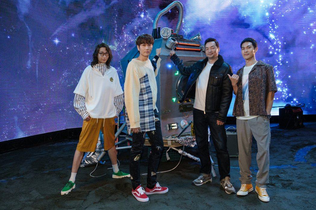 邱彥翔(右2)曾是宇宙人的「太空警察」,時隔10年探班力挺演唱會。圖/相信音樂
