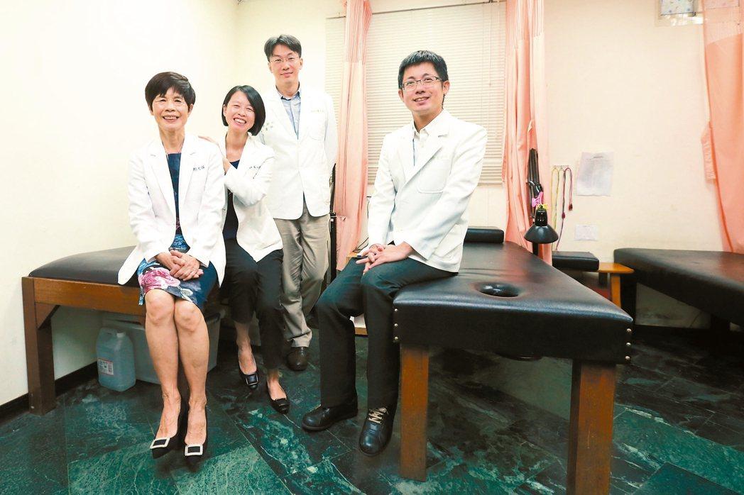 林月慎(左)一家四中醫,成地方話題。 圖/許正宏攝影