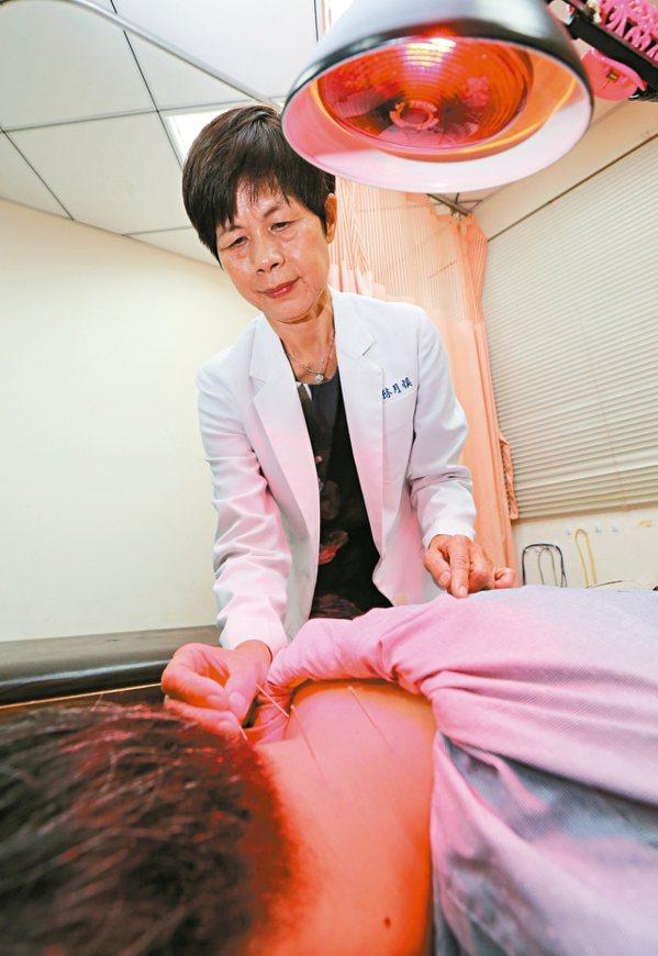 中醫師林月慎為病患看診針灸。 圖/許正宏攝影