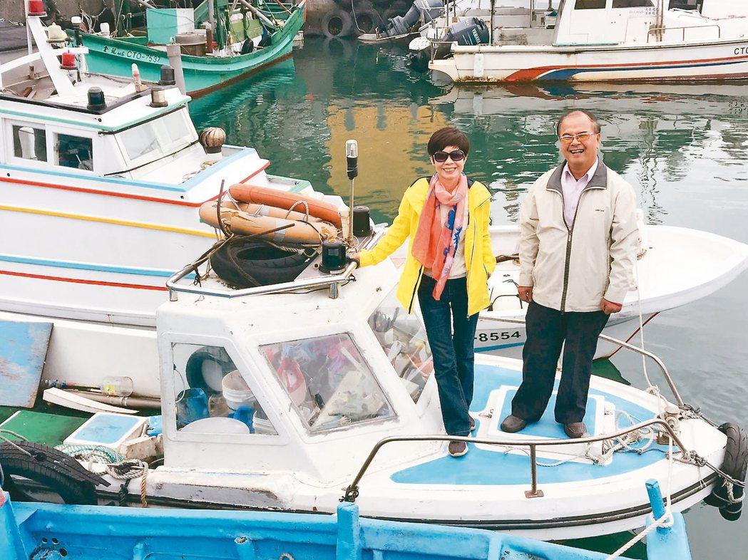 林月慎(左)覺得坐船出去很好玩,60歲時去考船員證。 圖/吳淑君攝影