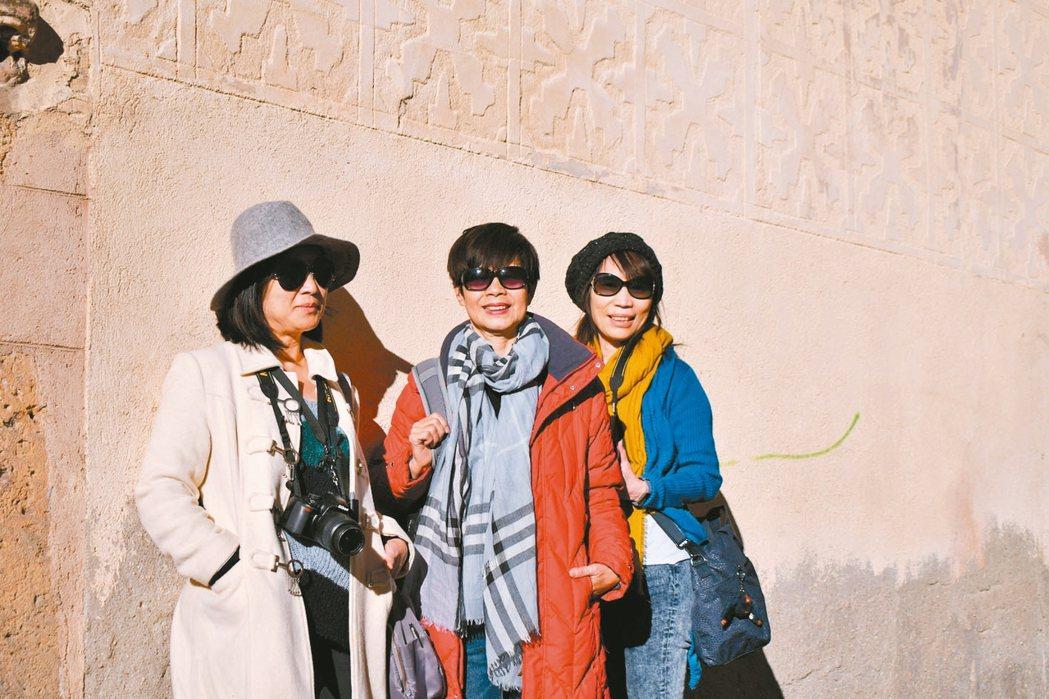 林月慎(中)喜歡到處旅遊,交到不少好朋友。 圖/讀者提供