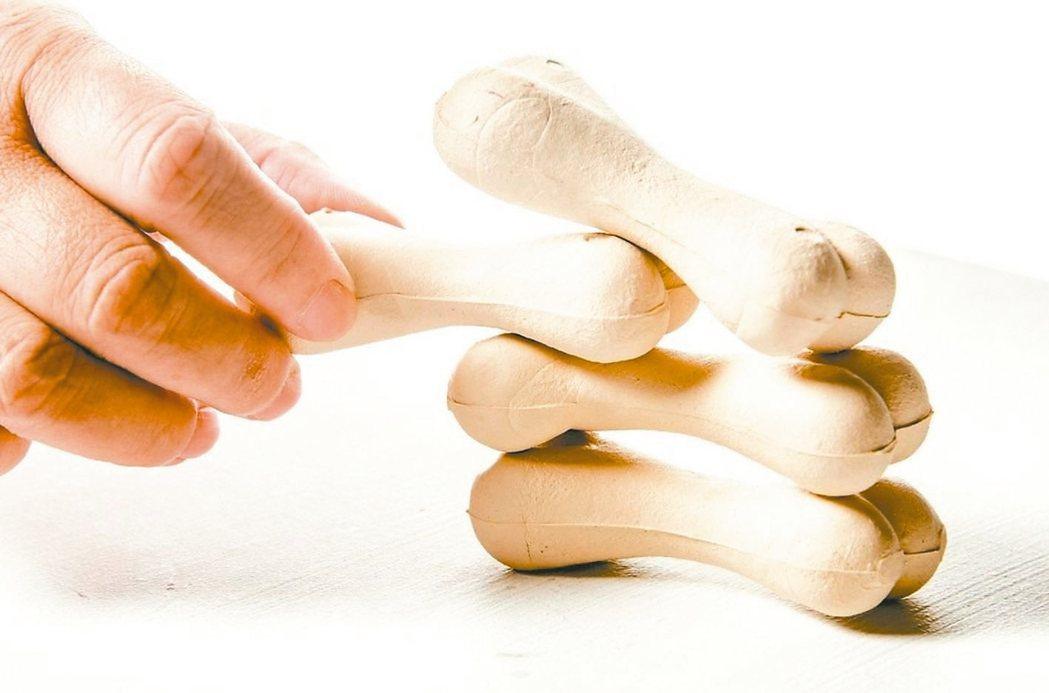 駝背、無法仰睡、身高變矮或向前彎腰會感到疼痛,都是骨本沒存夠的警訊。 圖/聯合報...