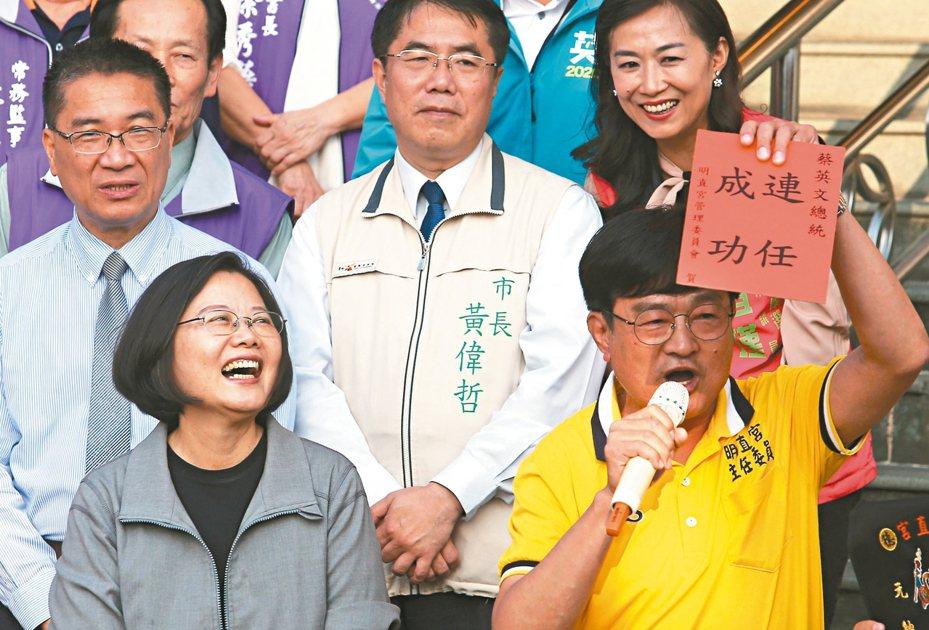 蔡英文總統(前排左)昨到台南明直宮參拜,拜託選民讓民進黨繼續執政。 記者劉學聖/攝影