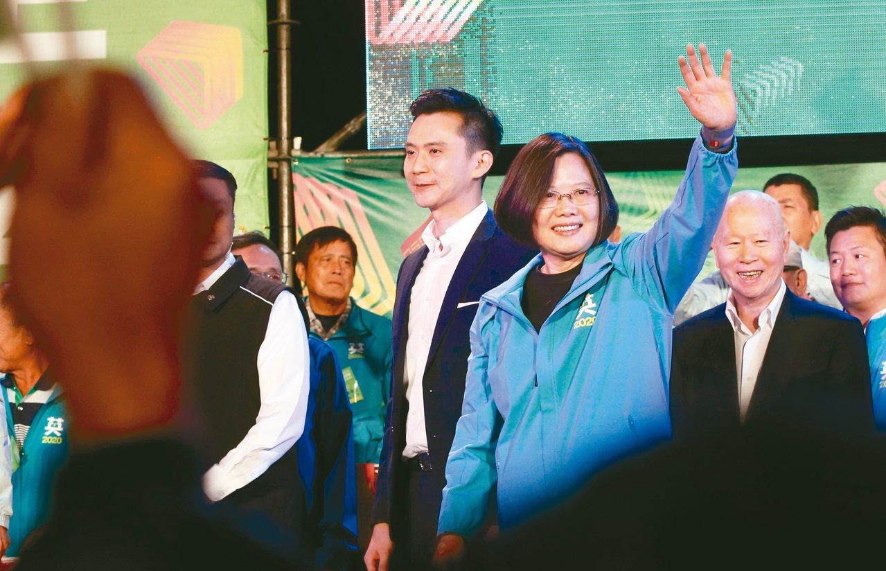 蔡英文總統(右三)昨晚赴新竹縣競選總部成立造勢活動,向群眾揮手致意。 記者林俊良...