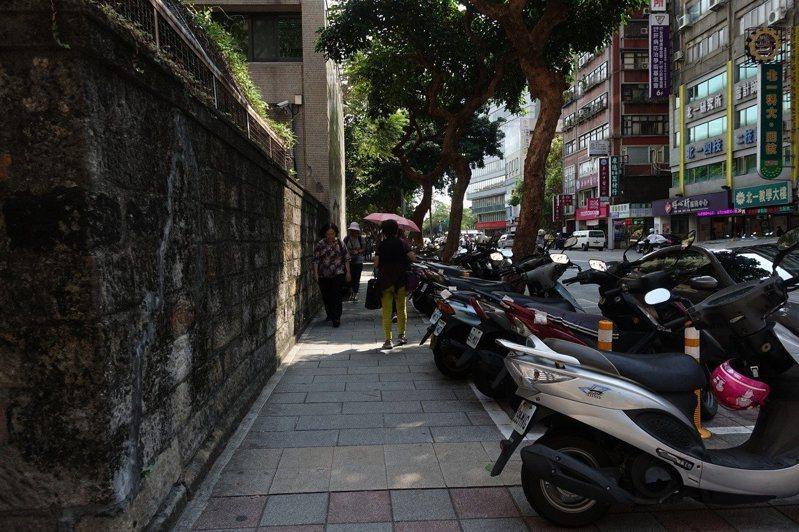 台北市機車停車格分4階段全面收費,明年一月進入第二階段,捷運站周邊道路機車停車格將開始收費。圖/聯合報系資料照片
