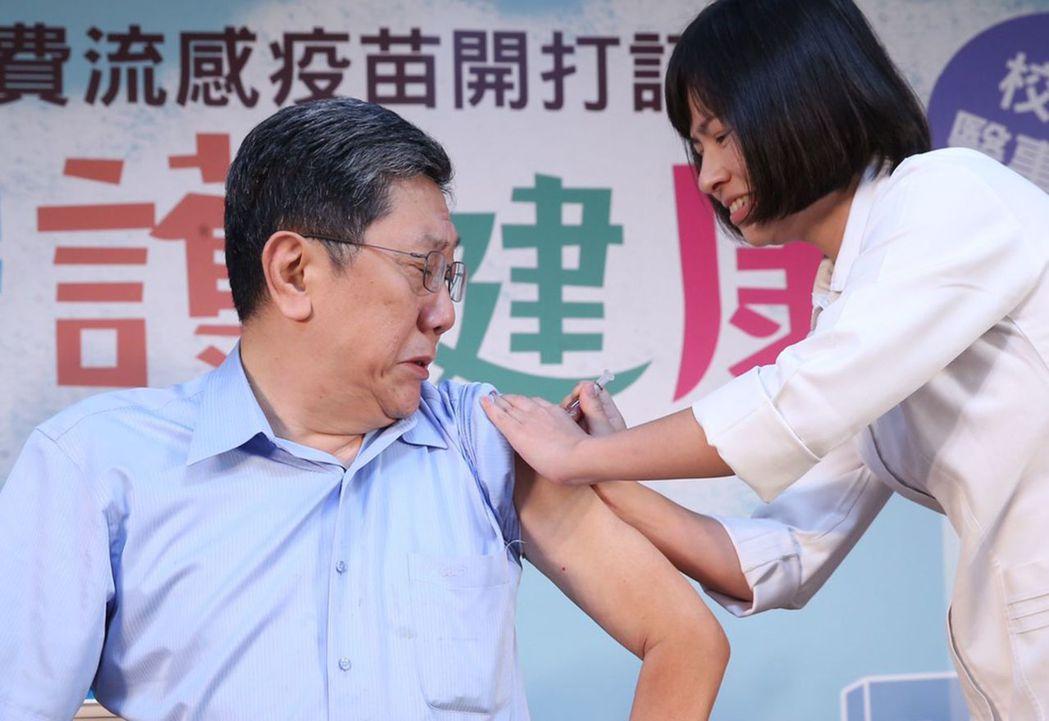 台大醫院李秉穎醫師帶頭接種流感疫苗。記者徐兆玄/攝影