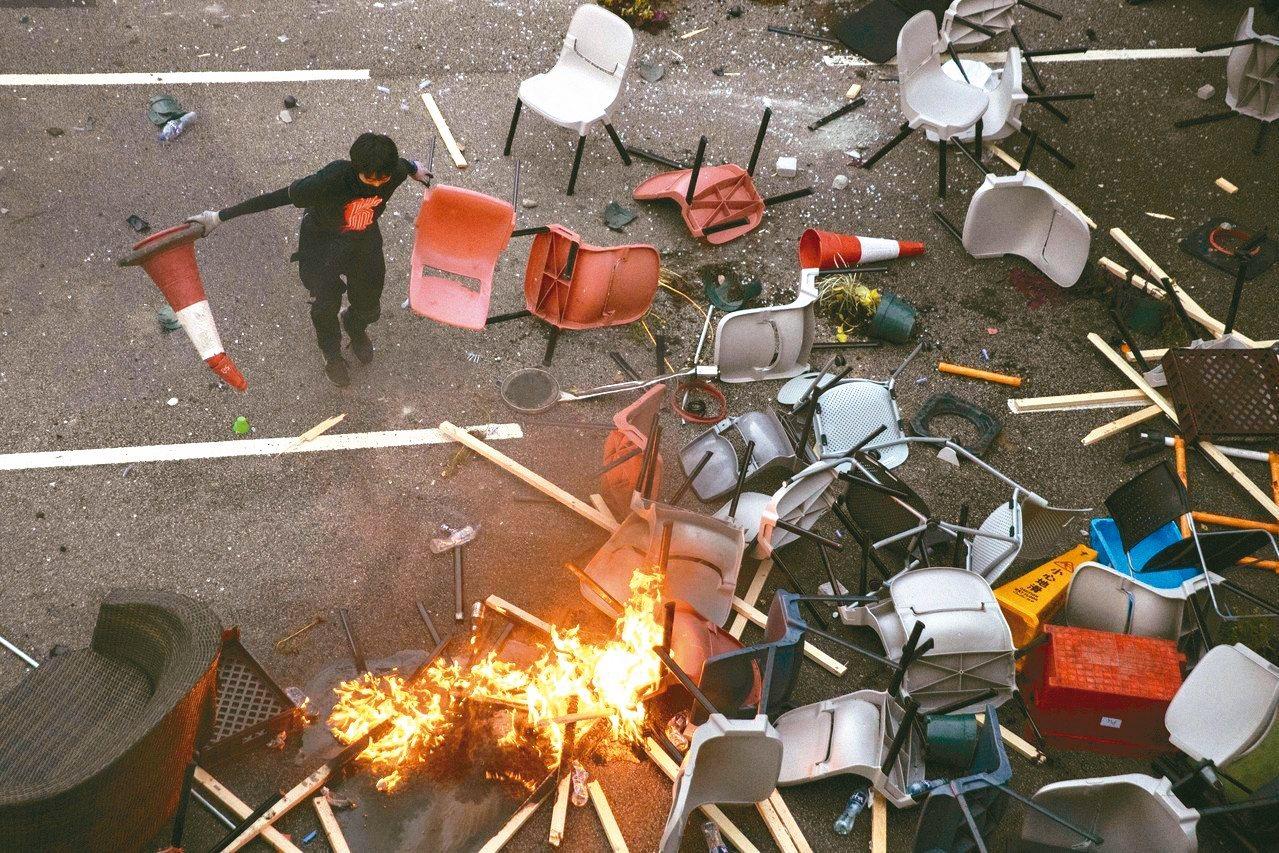 香港反送中延燒至大學校園,示威者與港警衝突不斷。 圖/美聯社