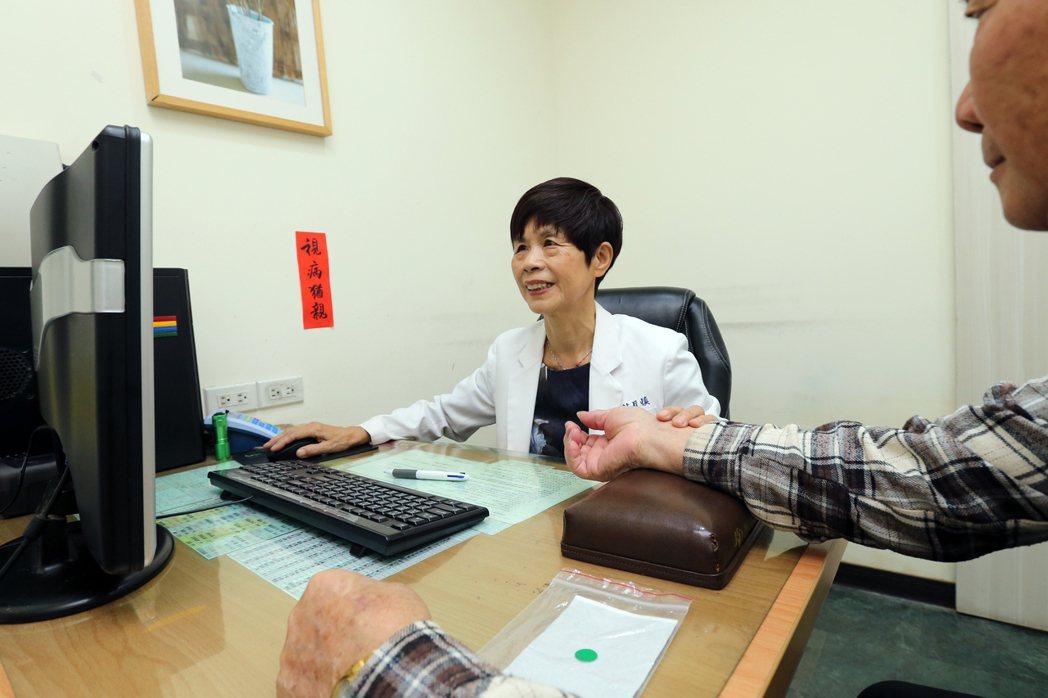 中醫師林月慎為病患把脈看診。 圖/許正宏攝影